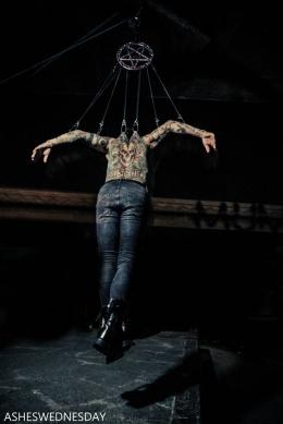 Suspensi tubuh ala gitaris Dave Navarro-Ilustrasi : novocom