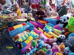 Pedagang Boneka di Samping Pedagang Jengkol dan Kolang-kaling   @kaekaha