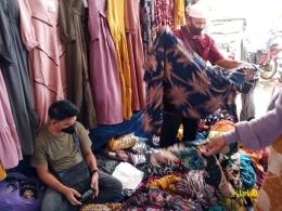 Penjual Baju di Samping Restauran Hotel Amaris   @kaekaha