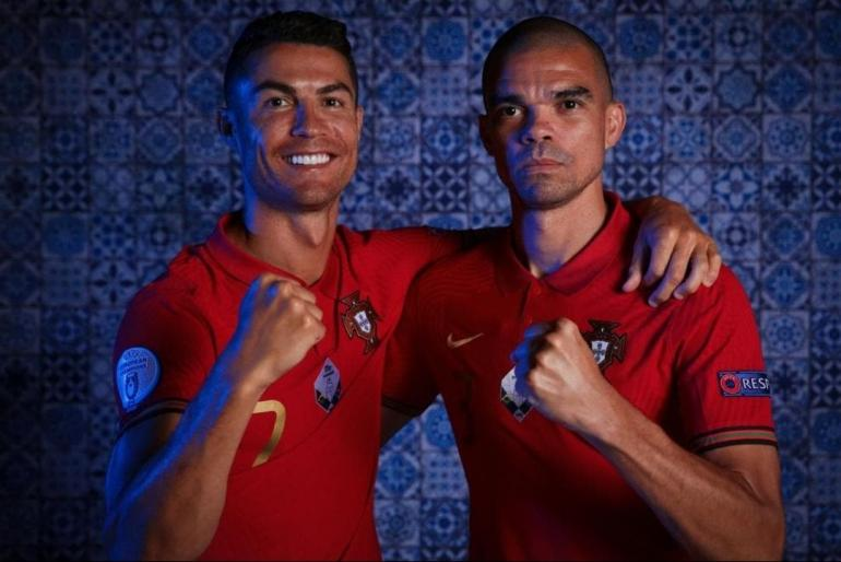 Cristiano Ronaldo dan Pepe dengan kostum timnas Portugal. Sumber: UEFA