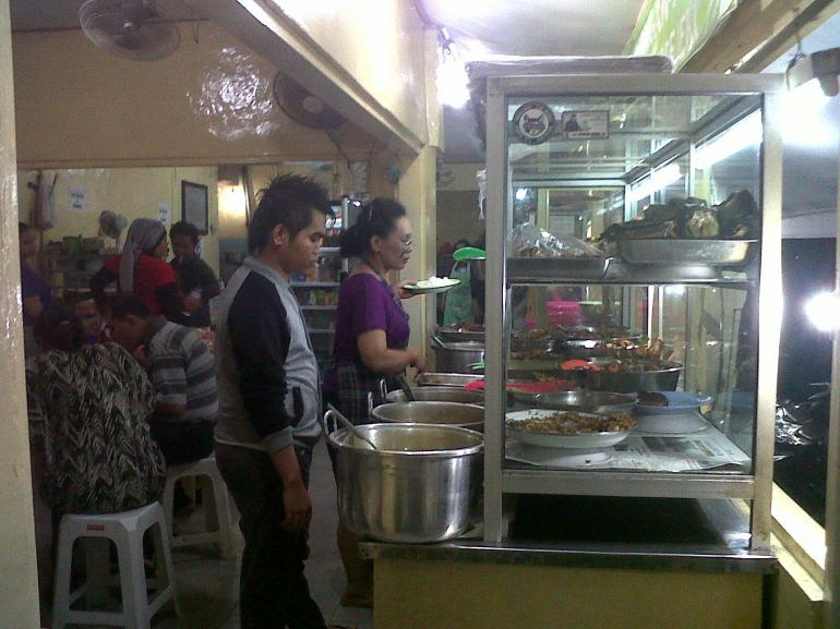 Dokumen Pribadi_ilustrasi warung makan di tengah kota