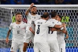 Lorenzo Insigne (melompat) merayakan golnya saat Italia kalahkan Turki pada laga pembuka Euro 2020 di Stadion Olimpico, Sabtu (12/6/2021) dini hari WIB.  Sumber: AFP/ FILIPPO MONTEFORTE via Kompas.com