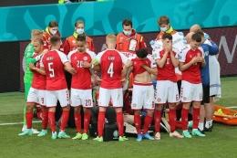 Para pemain Denmark mengelilingi Christian Eriksen yang tengah mendapatkan penanganan medis. (instagram.com/kabar.timnas)