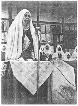 Rahmah EL-Yunusiyyah di hadapan anak didiknya setiba dari Timur Tengah (1957). Sumber Foto: Rahmah El-Yunusiyyah dalam Arus Sejarah Indonesia (2021, hlm. 217)