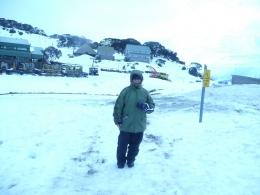 berdiri di salju membelakangi tempat pakir kendaraan(dok pribadi)
