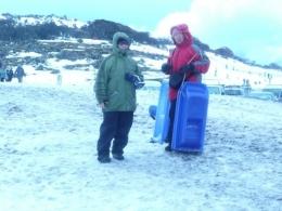 Saya baju biru dan suami memakai baju merah sedang berdiri diketinggian untuk  meluncur dari atas kebawah (dok pribadi)