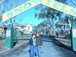 berfoto di gerbang Snowtels (dok pribadi)