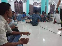 Kegiatan rapat di Meunasah (surau) [Sumber: Steemit]