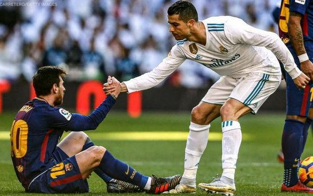 Cristiano Ronaldo menolong Lionel Messi dalam momen partai el clasico antara Real Madrid dan Barcelona. (twitter.com/ESPNFC via sportfeat.bolasport.com)