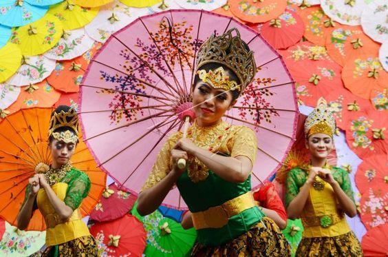 Payung geulis sebagai simbol mojang Tasikmalaya. Sumber: goodnewsfromindonesia.id