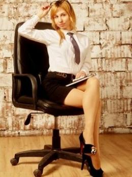 Jaga penampilan dengan pakaian kantor sepatutnya, bukan ketat dan pendek (ilustrasi Pixabay)