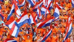 Pendukung Tim Oranye pun serba Oranye. Sumber: www.fifa.com