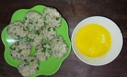 Adonan tempe dibentuk bulat pipih, dicelupkan pada telur dan siap digoreng (Foto: Siti Nazarotin)