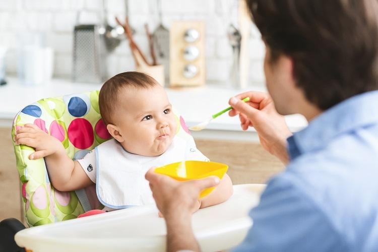 Bayi Belajar Makan   Sumber : envato elements