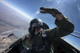 Pilot dengan sabuk pengaman bahu di F-16 | MASTER SGT. JEFFREY ALLEN/ USAF/ Public domain