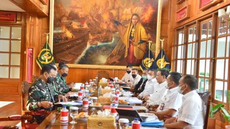 Prabowo Subianto rapat, dilatarbelakangi lukisan Laksamana Malahayati (inews.id)