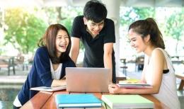 Kebahagiaan calon mahasiswa yang lulus sbmptn dengan menurunkan gengsi pilihan perguruan tinggi (foto dari kalderanews.com)