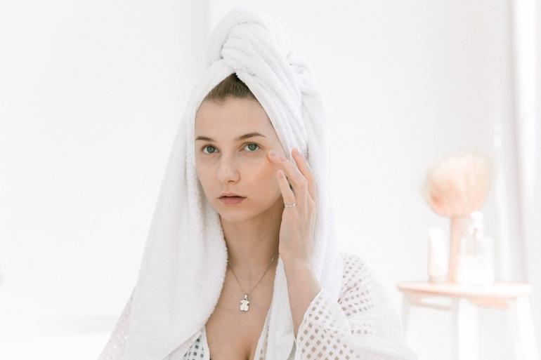 Ilustrasi perempuan perawatan kulit wajah | pexels/EKATERINA BOLOVTSOVA