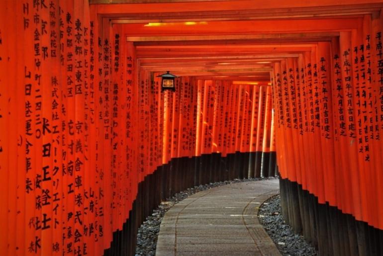 Fushimi Inari Taisha, pesona kuil Shinto 1000 torii   foto: Stefan K/unsplash