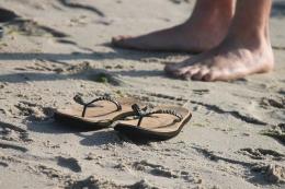 Iluatrasi sepasang kaki dan sepasang sandal (sumber gambar: pixabay.com)