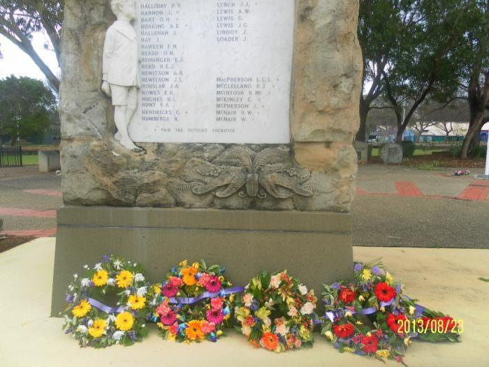Karangan bunga pada tugu pahlawan (dok pribadi)
