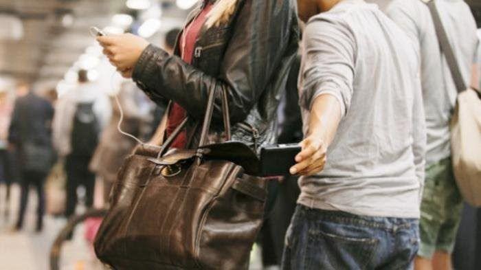 Ilustrasi seorang pencopet melakukan aksinya di tempat umum. Sumber foto: wartakota.tribunnews.com