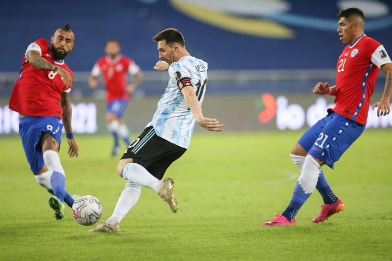 Lionel Messi dalam laga Copa America Argentina vs Chile, Selasa (15/6/2021). (Dok. Twitter/Argentina)