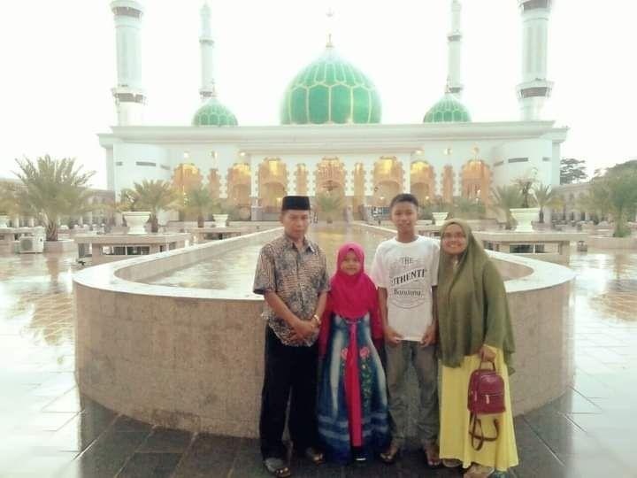 Amrizal Tuanku Sumaniak foto bersama keluarganya di Masjid Agung Madani Pasir Pangaraian, Riau. (foto dok facebook tengku amrizsl)