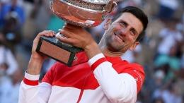 Novak Djokovic dengan ropi terakhirnya the Roland Garros trophy. Photo: Getty images
