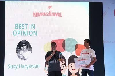 Susy Haryawan saat dipanggung Kompasianival 2016 menerima penghargaan. Sumber gambar ; kompasiana.com