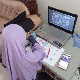 Ayesha Deandra Shafiyya, kelas II MI Pembangunan UIN Syarif Hidayatullah, Jakarta, saat mengerjakan tugas dibimbing guru secara online. | Dokpri