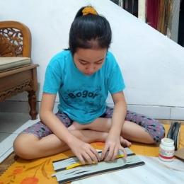Aqilamaya Widya, kelas VII SMPN 7, Bogor, mengerjakan tugas yang diberikan gurunya melalui pesan WhatsApp. | Dokpri