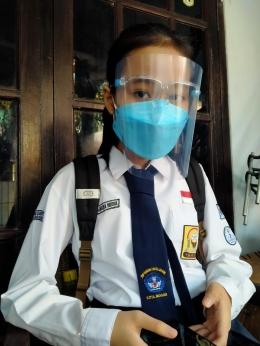 Aqilamaya Widya, kelas VII SMPN 7, Bogor, saat akan berangkat mengikuti simulasi kegiatan belajar tatap muka 1 hari di sekolah (14/6/2021).| Dokpri