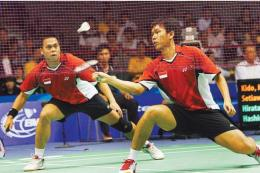 Pasangan ganda putra Indonesia, Markis Kido/Hendra Setiawan, saat bertanding melawan Jepang pada Piala Sudirman 2009.(KOMPAS/AGUS SUSANTO)