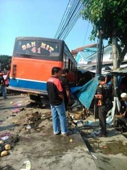 Metro mini 41 jurusan pulogadung tanjung priuk yang kini telah tiada karena ugal-ugalan menabrak penjual kelapa/sumber: pasangmata.com