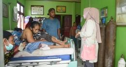 Kepala Puskesmas Pulau Burung, Erlina sedang membujuk keluarga pasien. (Foto : Elvidayanty Darkasih/dok. Dinkes Indragiri Hilir)