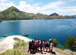 Bersama grup Open Trip di Pulau Kelor (Dokumentasi pribadi)
