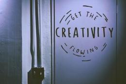 Semua orang pada dasarnya kreatif. (sumber foto: Tim Mossholder on Unsplash)