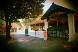 Seorang ibu yang menunggu putra sulungnya mengaji sambil menggendong putra bungsunya di Masjid Agung Mataram Kotagede. - Dokumentasi Pribadi