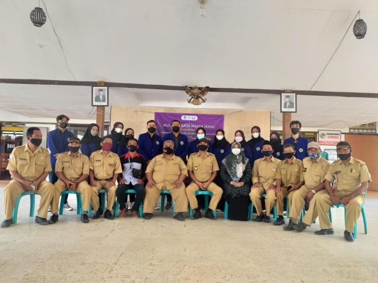 Foto tim KKN UM bersama Perangkat Desa Kemulan-dokpri