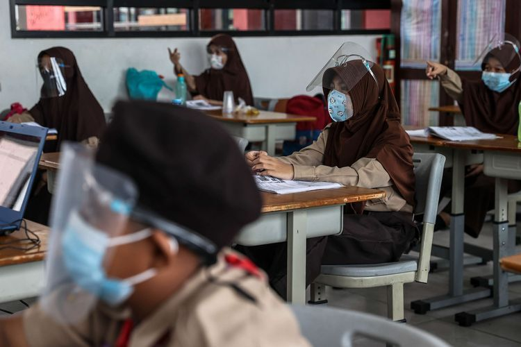 Sejumlah murid mengikuti uji coba pembelajaran tatap muka di SDN 03 Palmerah, Jakarta Barat. Sumber: KOMPAS.com/GARRY LOTULUNG