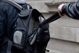 Jika anda tak waspada, dompet dan barang berharga bisa hilang dari tas Anda. Bagaimana mengantisipasinya? (Ganossi/Pixabay)