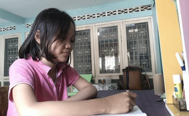 Anisa Distra Putri Lestari, kelas IV MI Muhammadiyah, Pasirmuncang Purwokerto, saat mengerjakan tugas di rumahnya. | Dokpri