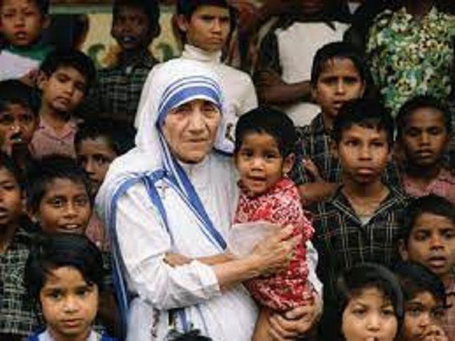 Ibu Teresa bersama anak-anak miskin (katolik.com)