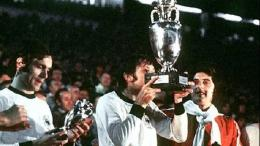 Antonin Panenka Saat Mencium Piala Eropa 1976   akamaized.net