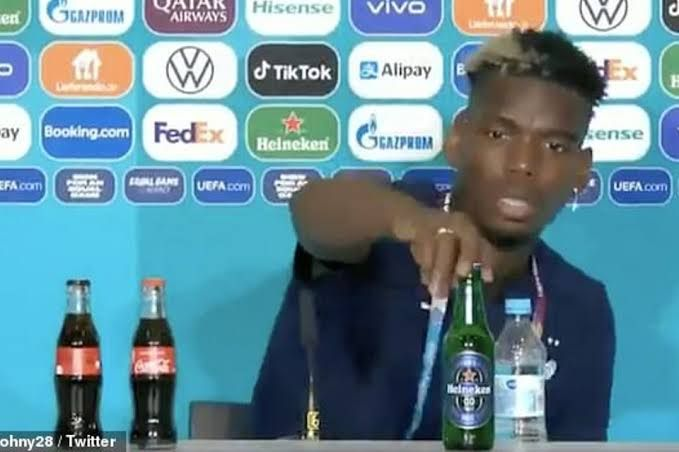 Paul Pogba saat menaruh Bir Merk Heiniken saat Jumpa Pers Usai dari Pertandingan (sumber foto :www.vivagoal.com)