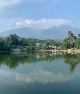 Setu Tamansari dengan latar belakang Gunung Salak (dokpri)