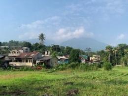 perumahan penduduk dengan latar belakang gunung Salak (dokpri)