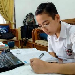Rizqul Winaf Anaqi, kelas VI SDN Panaragan 1, Bogor, saat mengikuti pelajaran secara online. | Dokpri