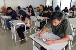 Ilustrasi para calon mahasiswa yang sedang mengerjakan soal saat mengikuti ujian mandiri setelah SBMPTN. Foto: Humas UB via Kompas.com